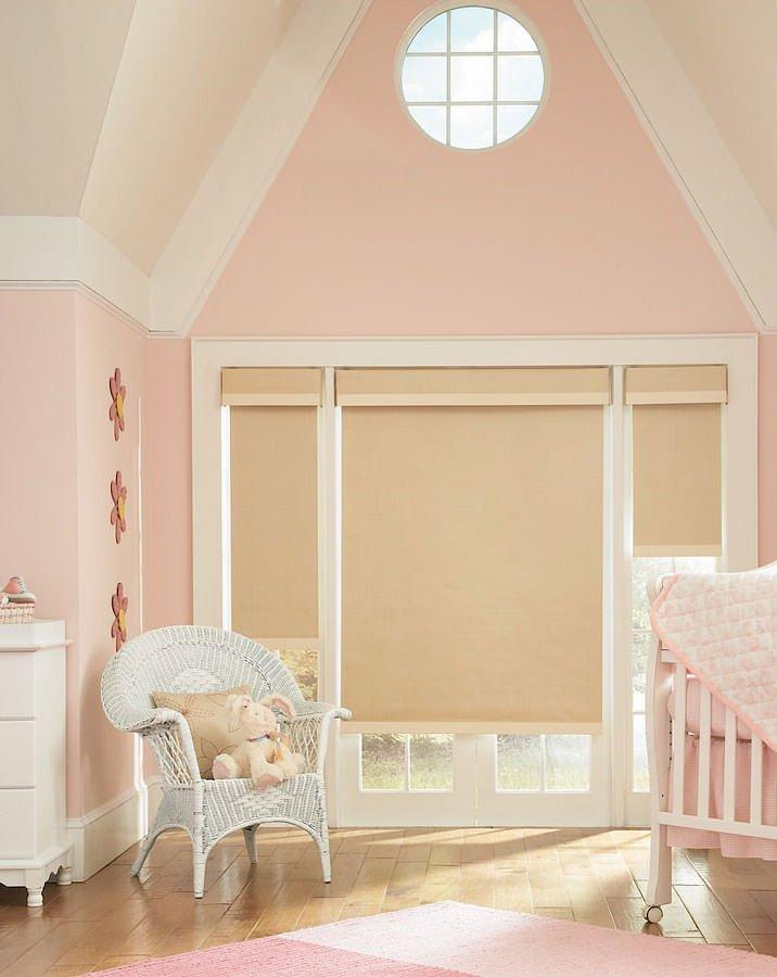 рулонные шторы на окнах детской комнаты