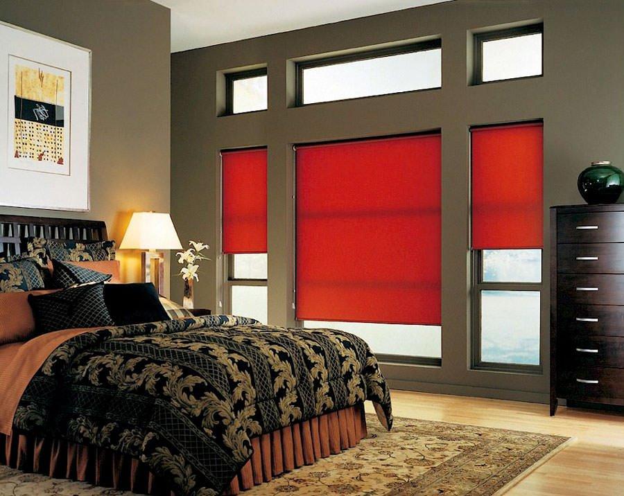 красные рулонные шторы на окнах спальни