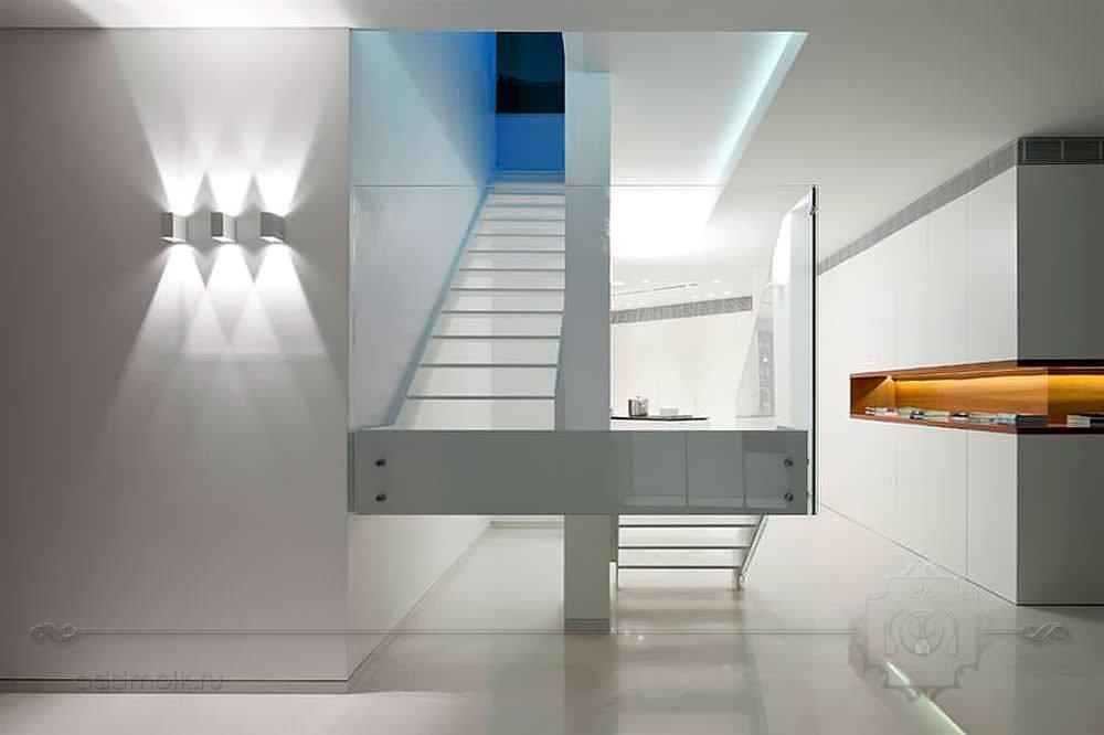 Минималистичная белая лестница