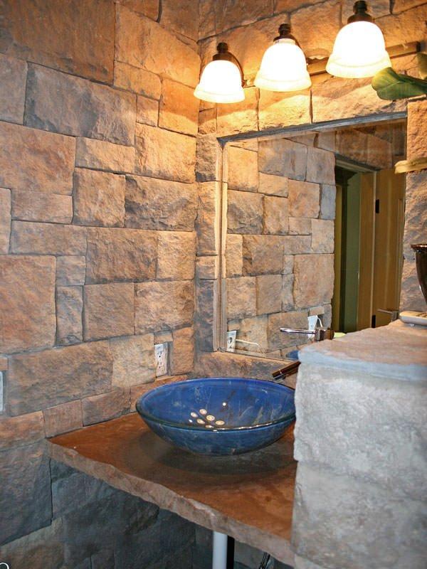 камень в отделке санузла