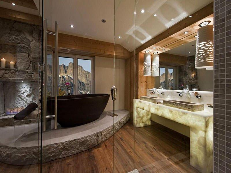 отделка ванной деревом и камнем
