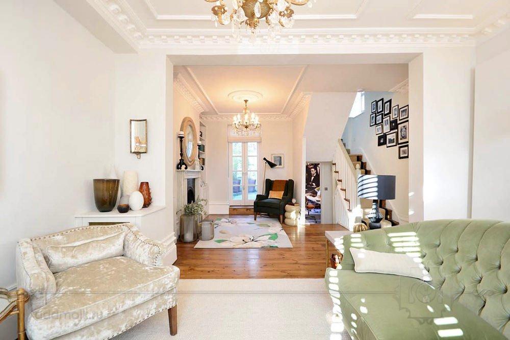 классическая гостиная в белых тонах